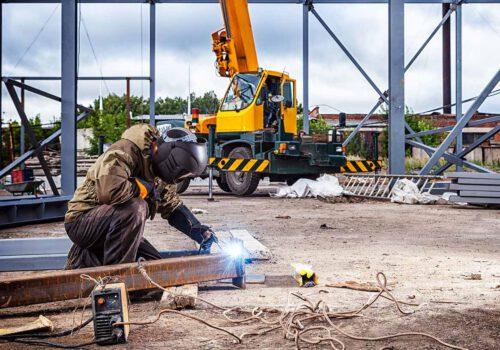 Stahlbauer bei der Arbeit